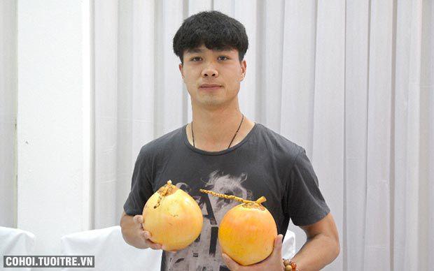 Công Phượng thích trái dừa độc chưng Tết