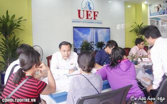 Đông đảo thí sinh nộp hồ sơ xét tuyển NV 1 tại UEF