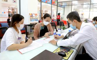 Vừa thi xong học kỳ, nhiều học sinh tranh thủ đăng ký xét tuyển học bạ