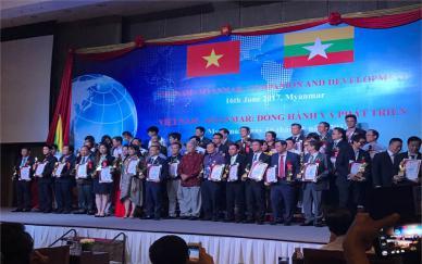Ảnh: Elig nhận giải thưởng thương hiệu tiêu biểu của ASEAN