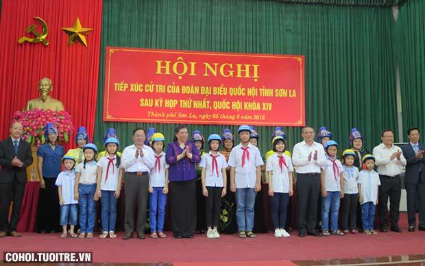 Honda Việt Nam tặng 1.000 mũ bảo hiểm cho trẻ em & người dân Sơn La