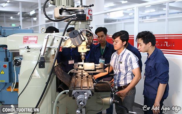 Nhiều sinh viên HUTECH có việc làm khi đang học