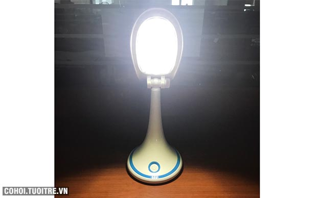 Đèn bàn LED chống cận Comet CT173B tích điện và sạc